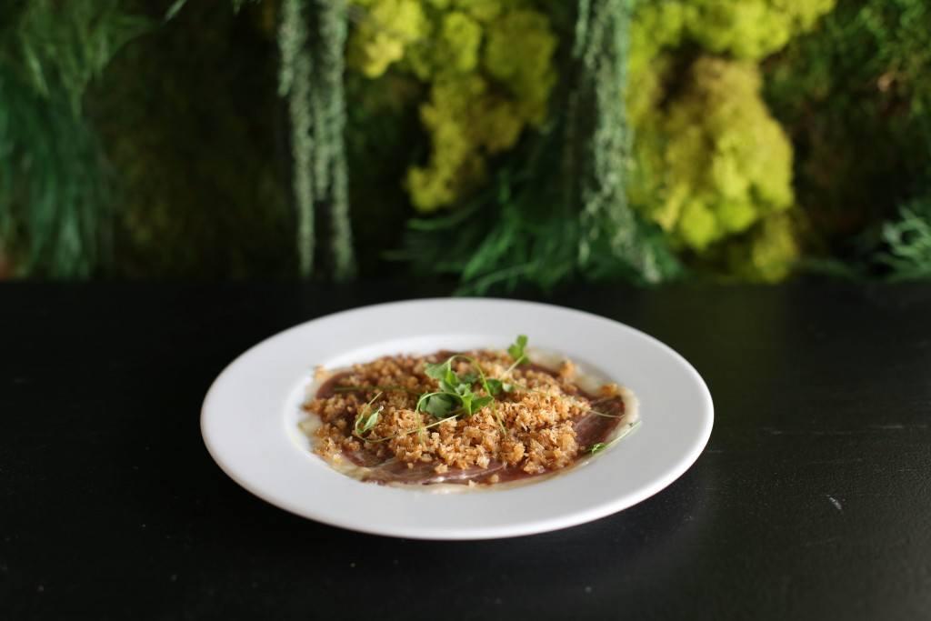 Le carpaccio de canard, vinaigrette de miel et épices, panko