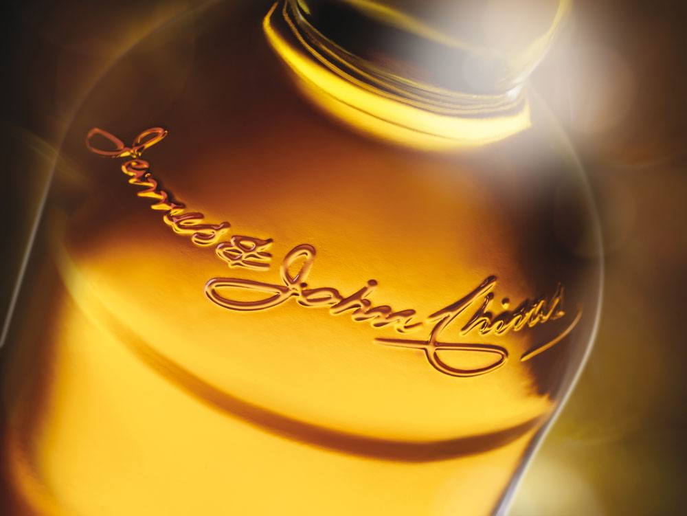 Chivas Regal 12 Restage detail bottle signature_large