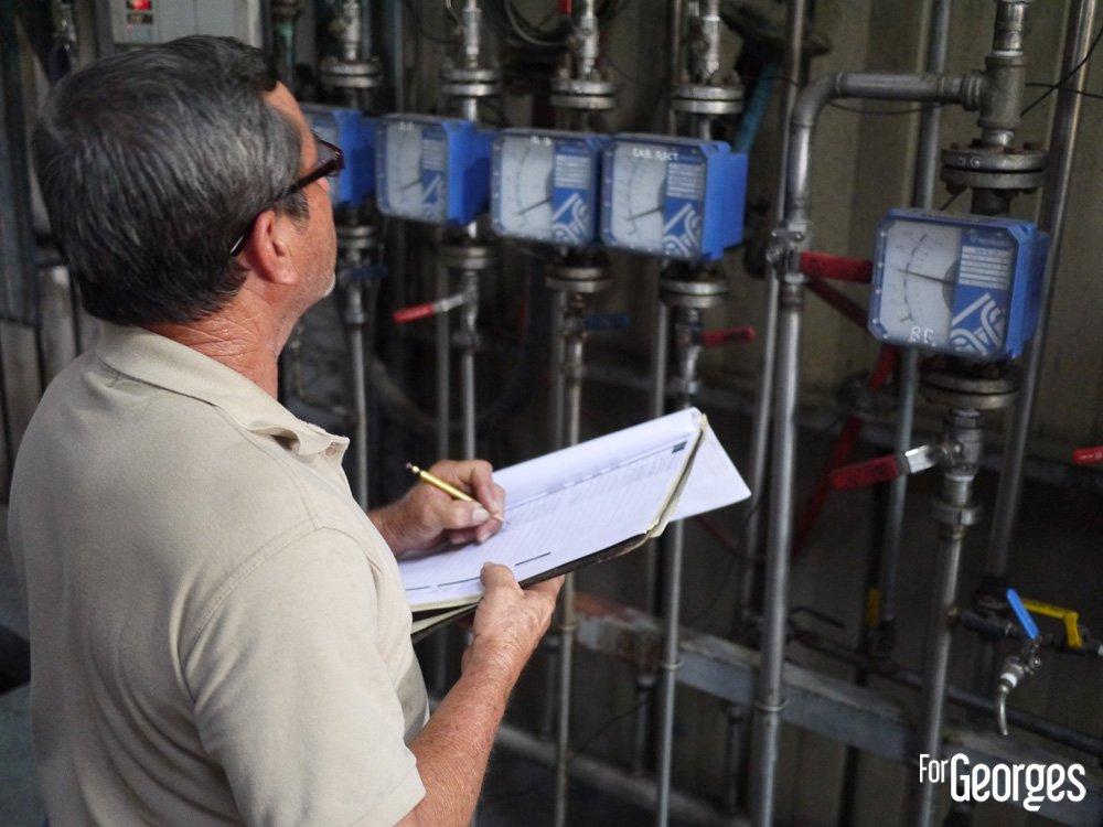 Ouvrier à la distillerie Ron Abuelo au Panama
