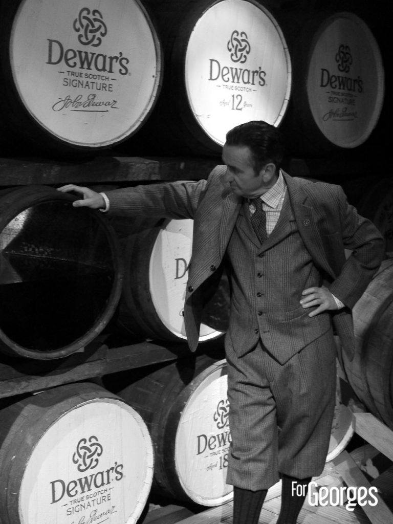 John Dewar sur un fut à la distillerie Aberfeldy