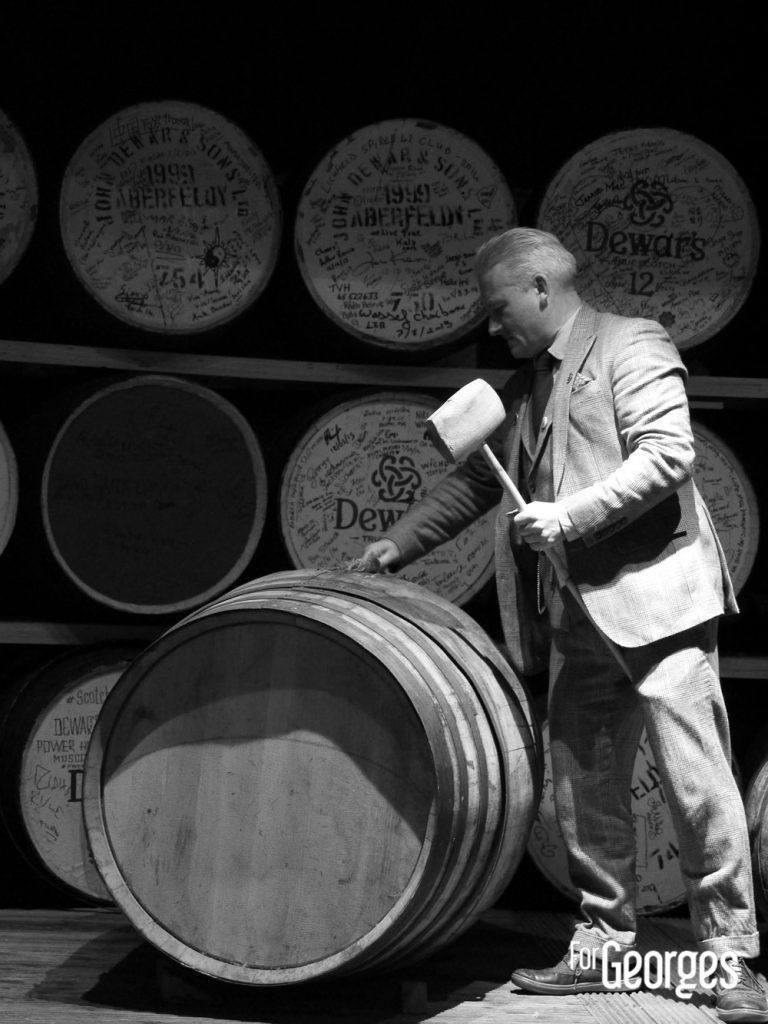 Tommy Dewar sur un fut à la distillerie Aberfeldy