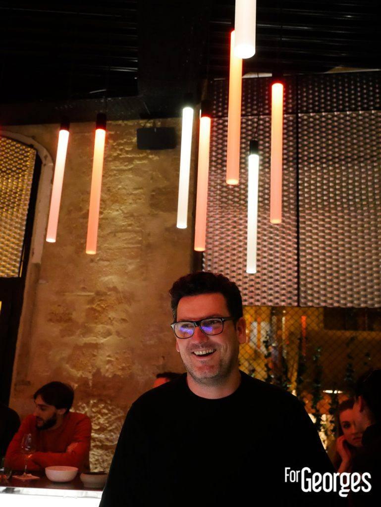 Julien Escot derrière le bar Aperture Montpellier
