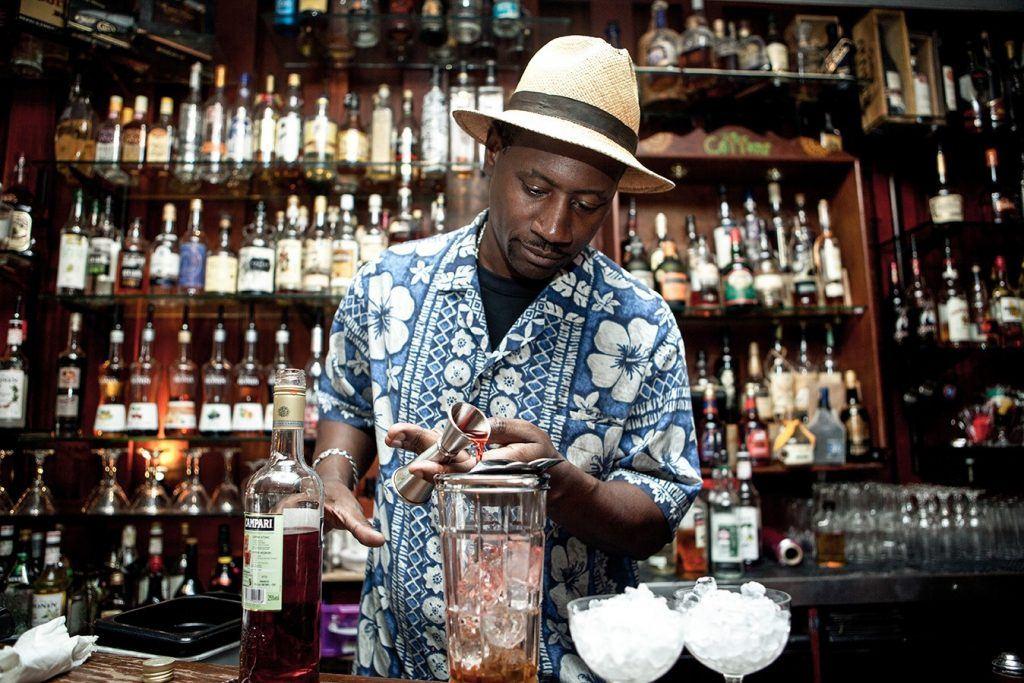 Ian Burrell en train de préparer un cocktail