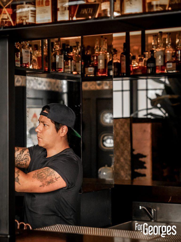 Adrian Nino derrière le Bar 1802