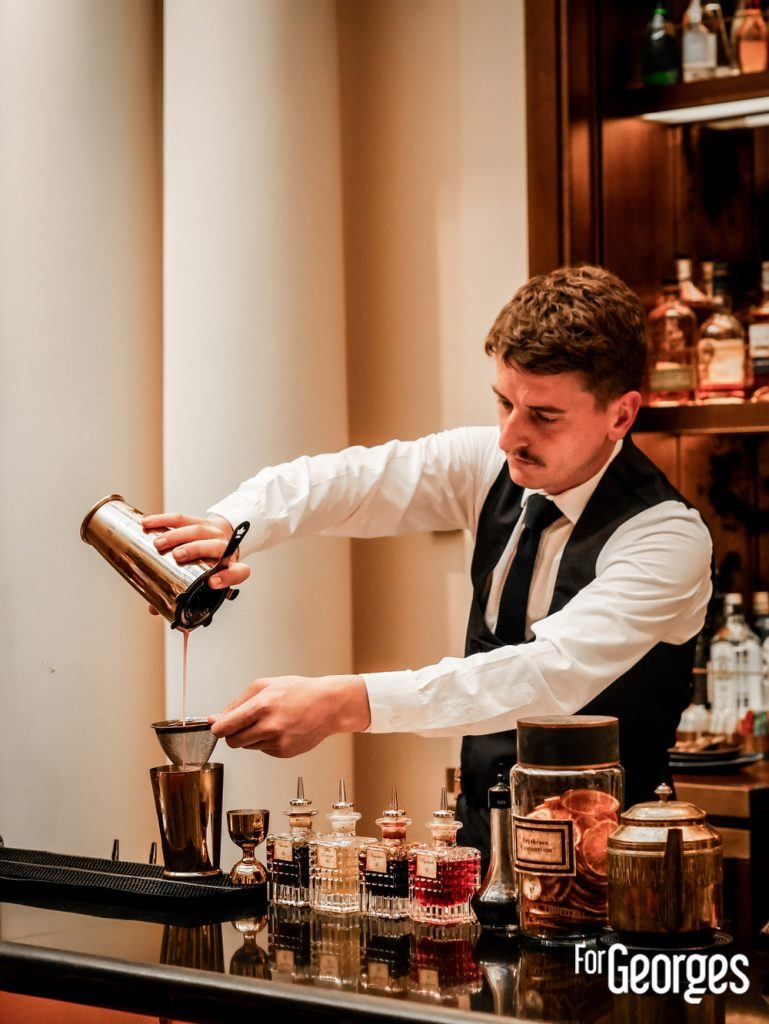 Barman à l'officine du Louvre bar à cocktail Paris