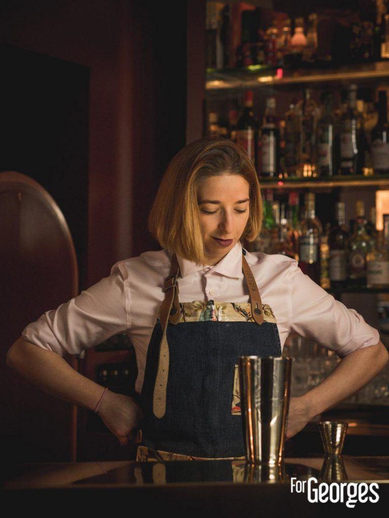 Sara Moudoulaud face au bar