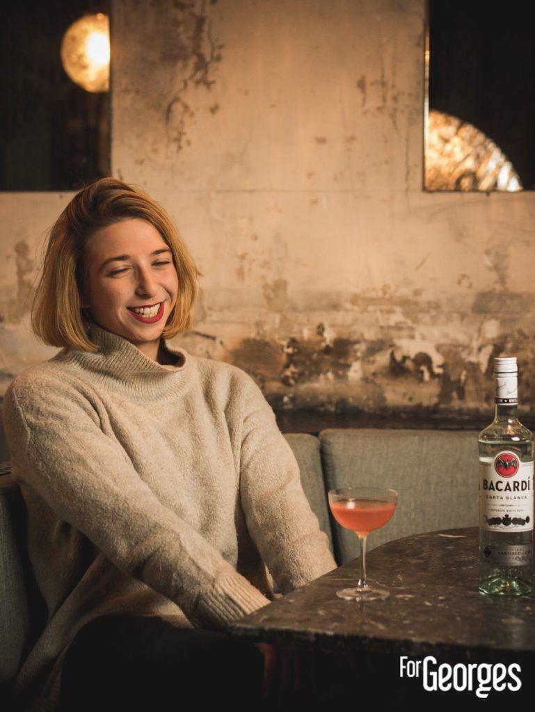 Sara Moudoulaud face à son cocktail Magdalena pour la Bacardi Legacy 2020