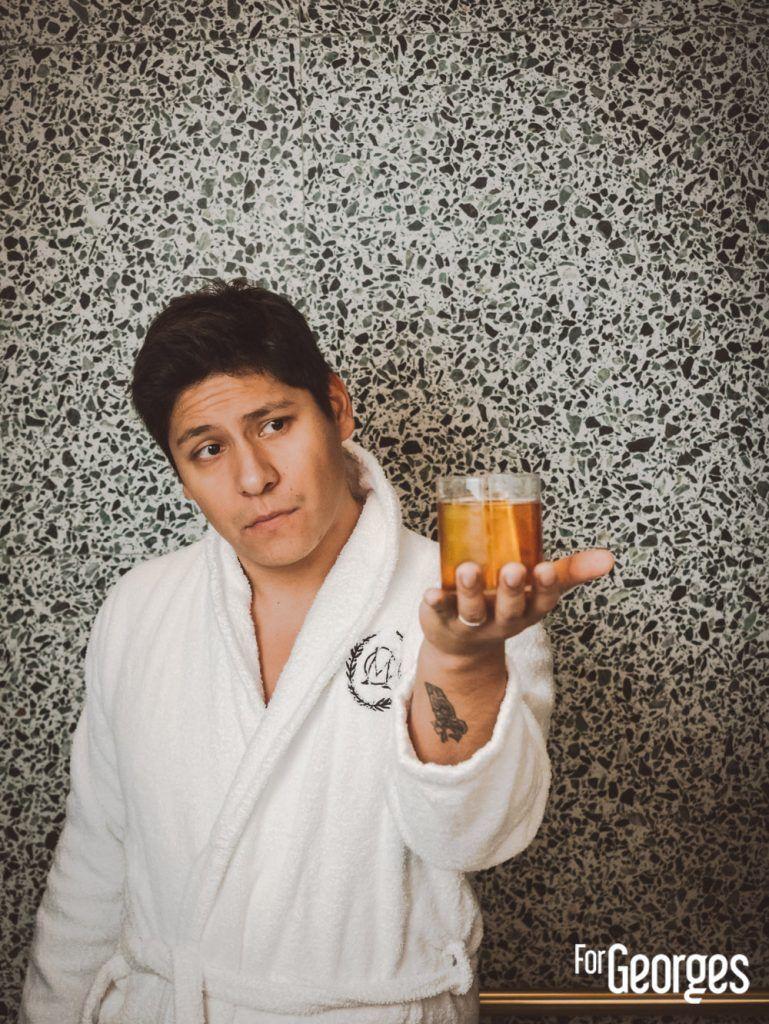 Adrian Nino avec son cocktail bacardi Legacy