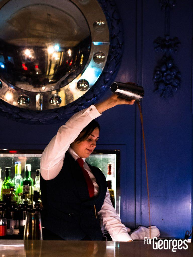 Bartender derrière le Blue Bar The Berkeley à Londres