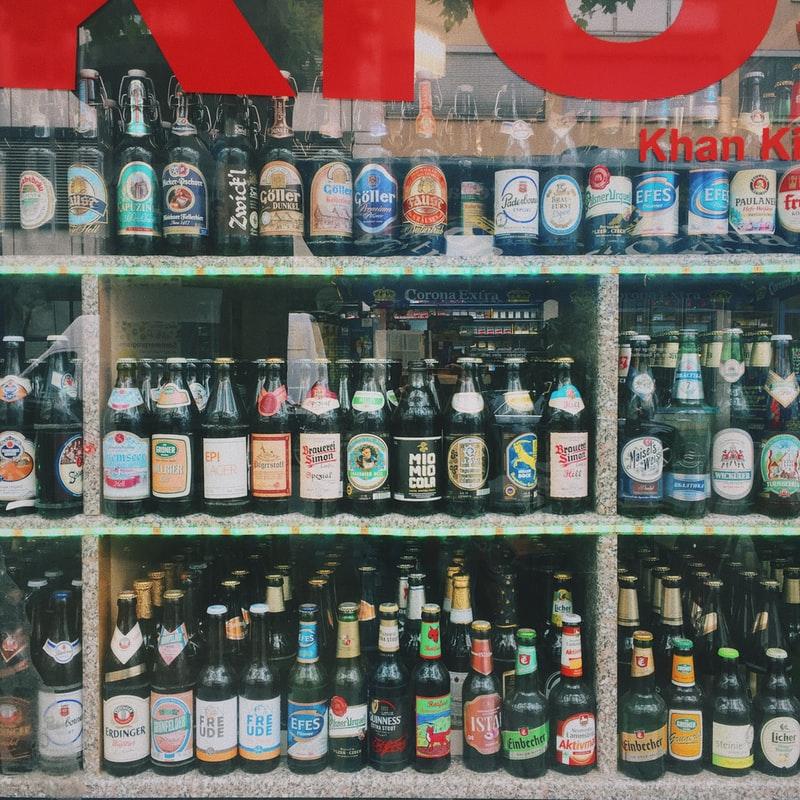 bouteilles de bière dans un supermarché