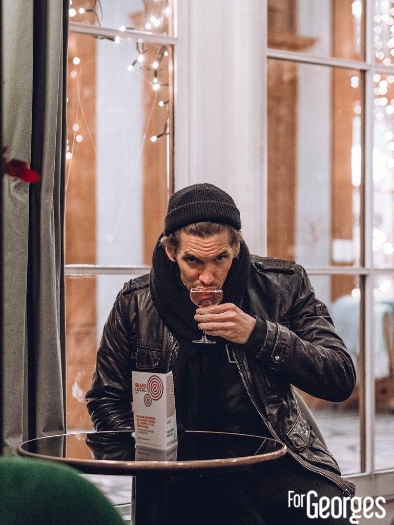 Nico de Soto buvant un cocktail