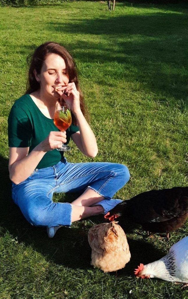 Aurelie Panhelleux dans son jardin avec ses poulles