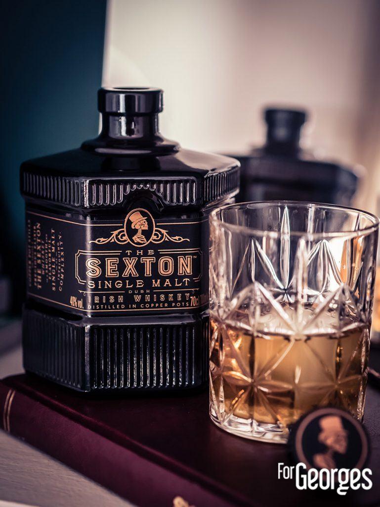 Un verre de The Sexton avec glaçon