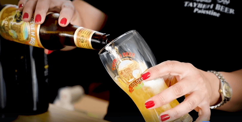 Madees Khoury avec une bière Taybeh