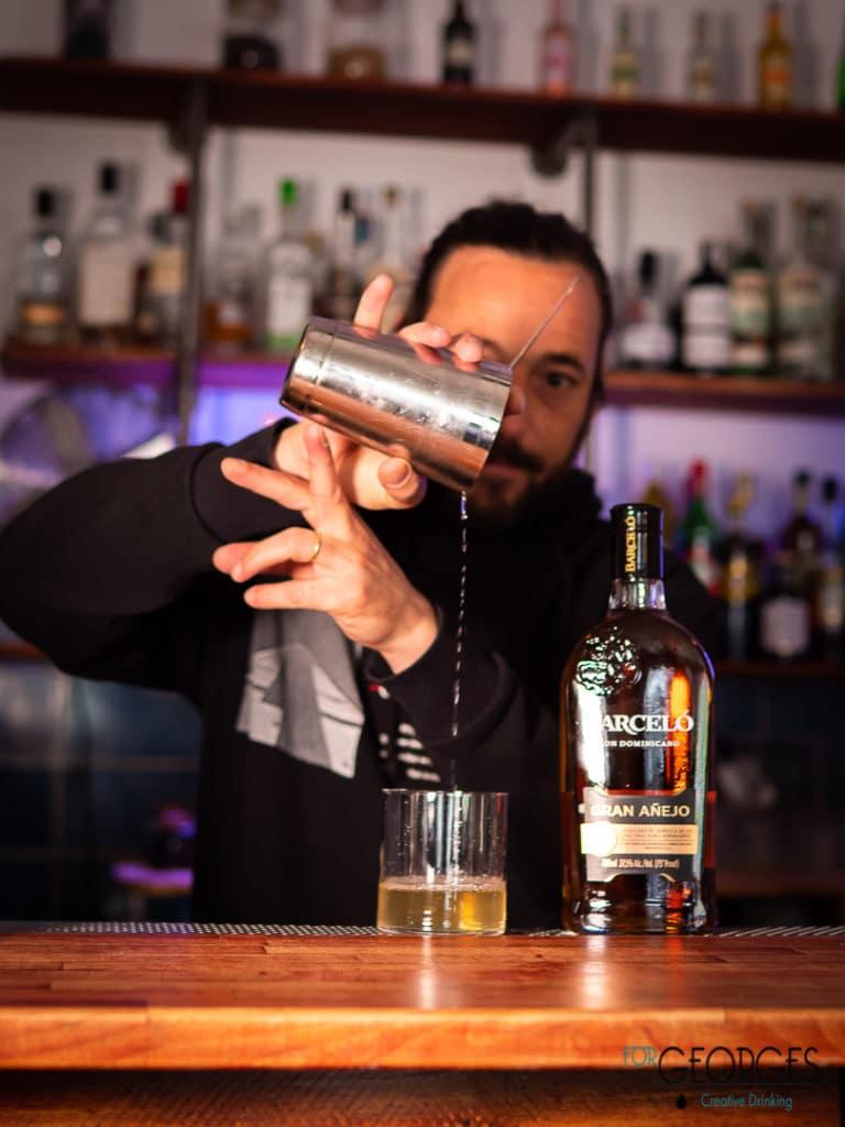 Olivier Martinez prépare un cocktail à base de Barceló