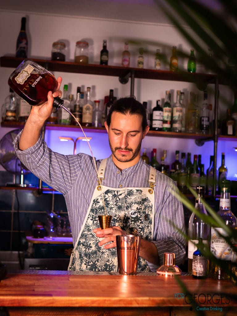 Baptiste Roullier Brand ambassadeur France prépare un cocktail à base de Barceló
